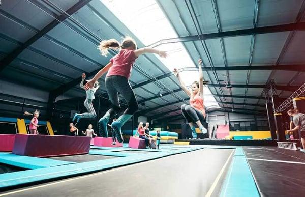 Razlika med trampolinom in igračo - Akrobat